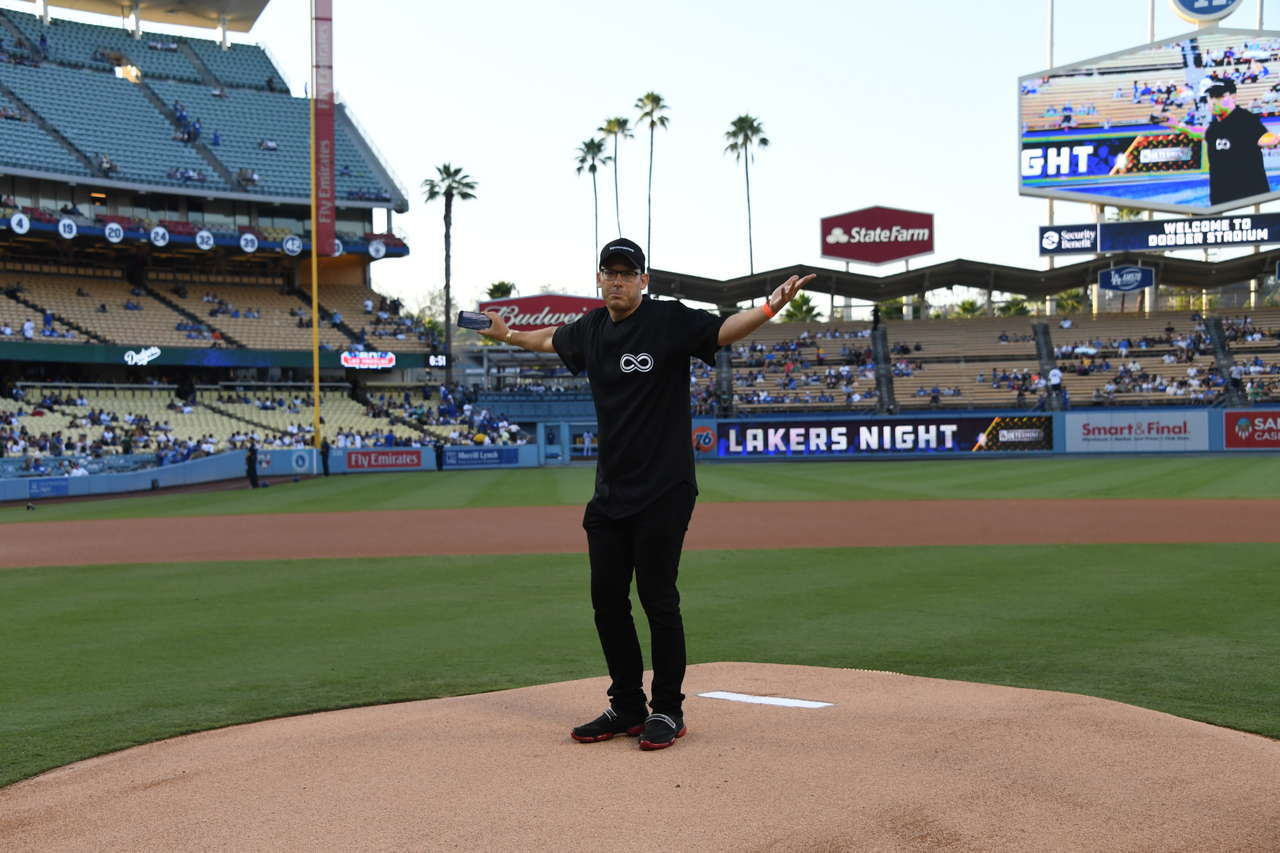 Crowd Boos as Blogger Throws First Pitch at LA Dodgers Game